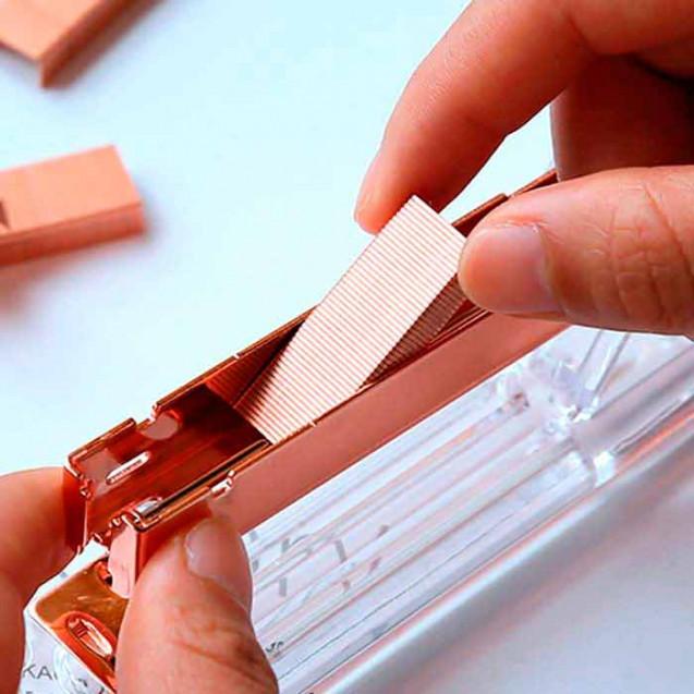 Grapadora transparente con interior en oro rosa